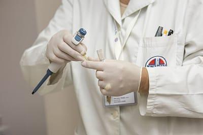 médico trabajando en un análisis de gamma gt