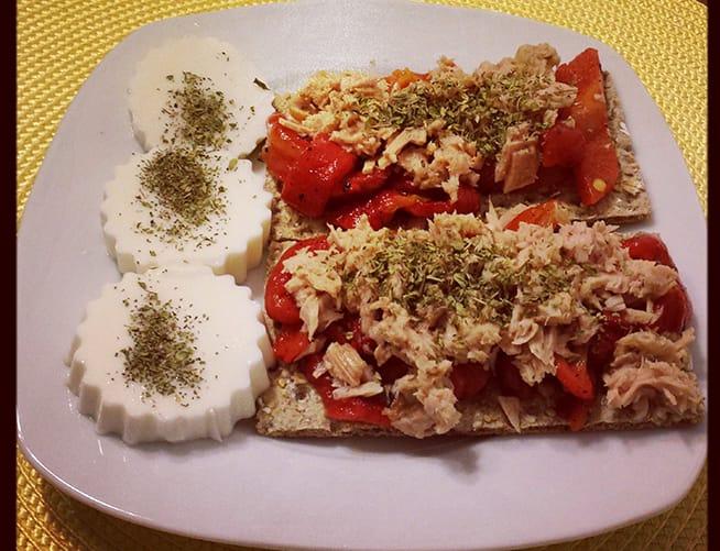 pan de wasa con atún y pimientos rojos